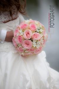 Bruid met bruidsboeket in handen. Gefotografeerd door HE fotografie op de trouwdag.