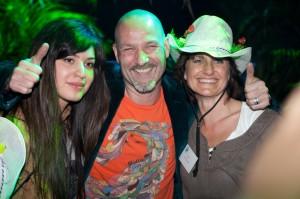 foto van Eddy Zoey en 2 dames op een evenement gefotografeerd door Hannie en Marc van HE fotografie